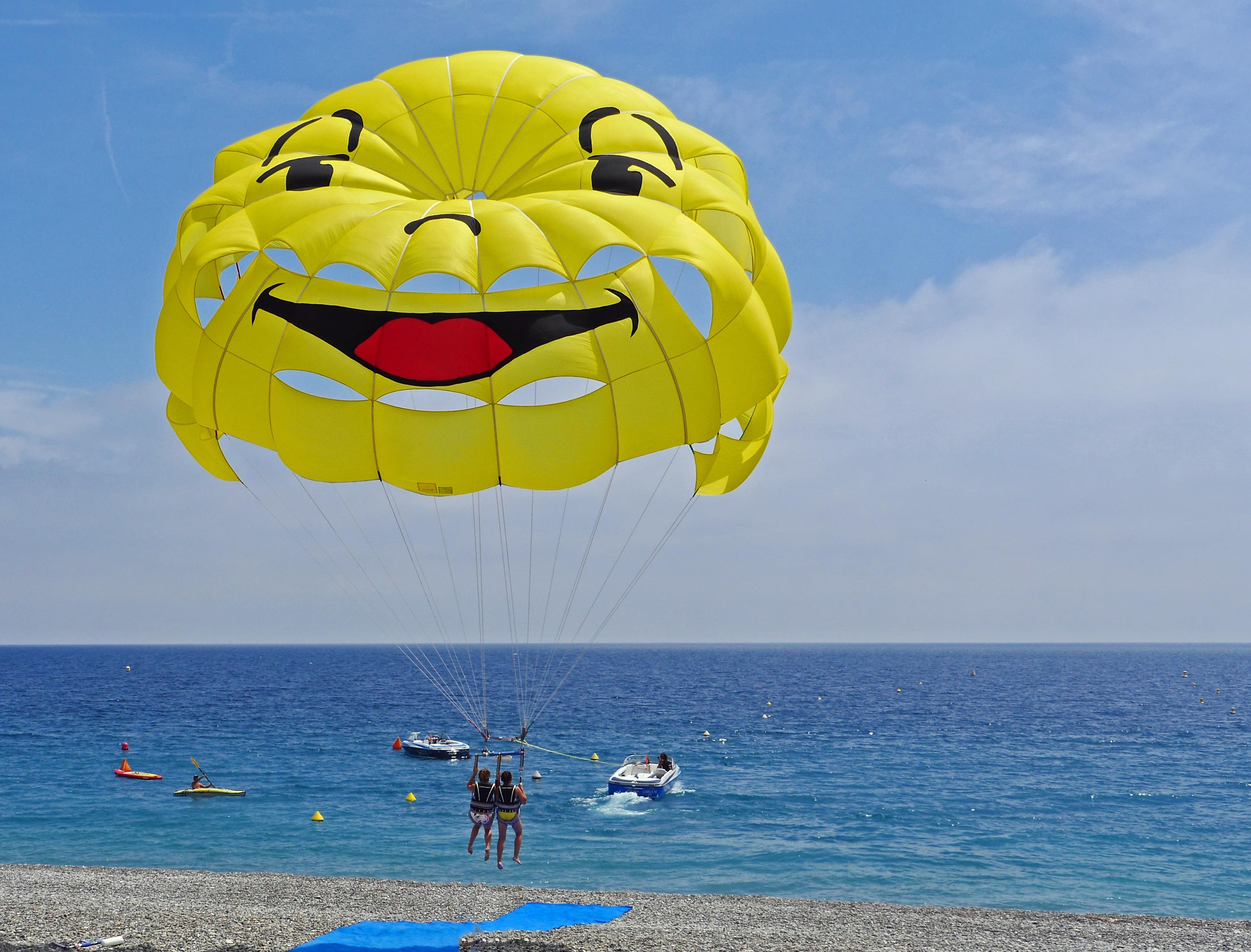 Parachute ascensionnel sur la mer Méditerranée