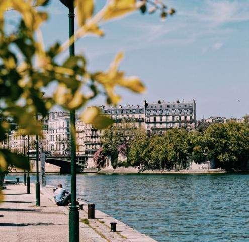 Sur les quais de Seine, au bord de l'eau…