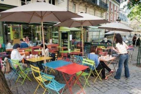 Déjeuner sur une jolie terrasse de restaurant à Paris