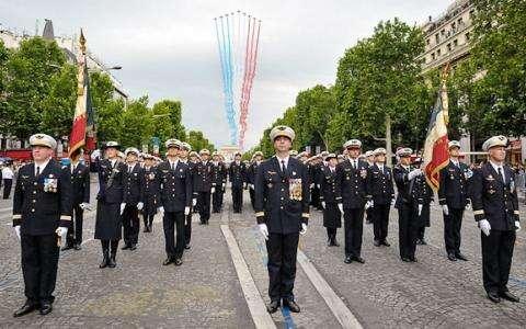 Défilé militaire sur l'Avenue des Champs-Elysées